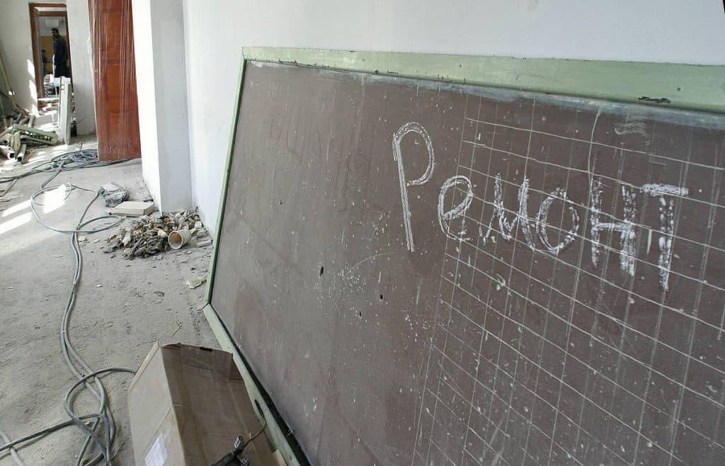 Три тысячи школ России стоят на очереди на срочный ремонт